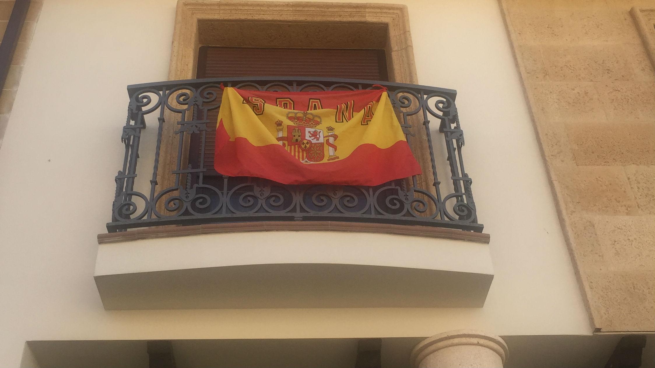 Bandera de España en el balcón de una vivienda de Jaén.