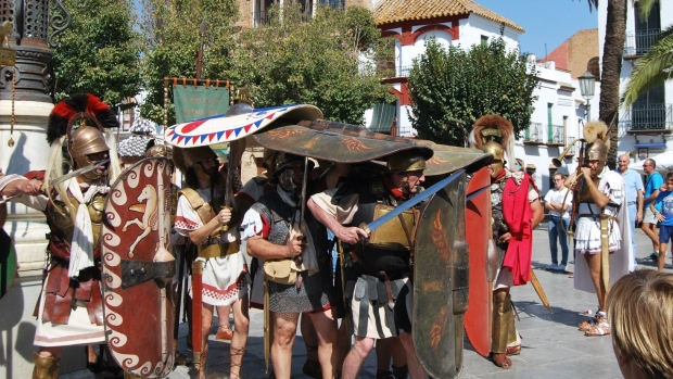 Una recreación exacta de las tropas romanas que conquistaron Carmona desfilaron por las calles de la ciudad