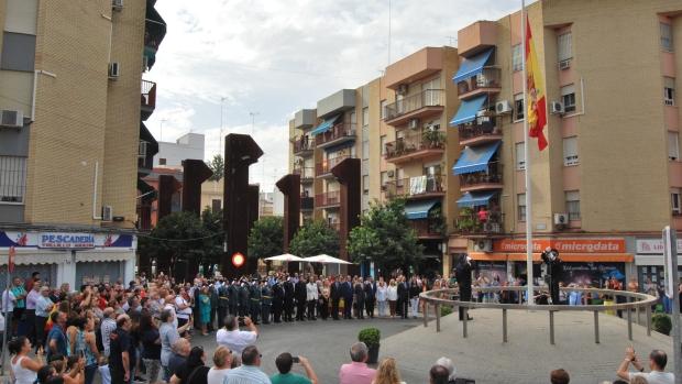 Ciudadanos y autoridades se dieron cita en la Plaza de la Almazara para izar la bandera