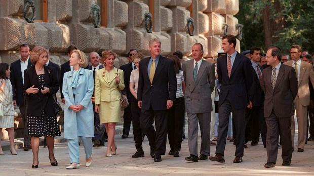 Bill y Hillary Clinton, durante su paseo por la Alhambra con los Reyes de España