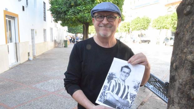 Silvestre Fernández mostrando una imagen de Fernando Vigueras