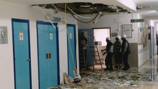 Operarios trabajando en la zona en la que ha cedido parte del techo