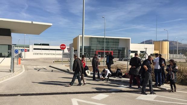 Familiares de los internos a las puertas de la cárcel de Archidona
