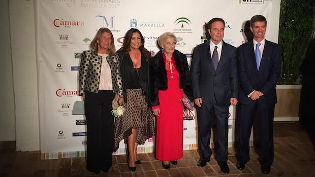 La alcaldesa de Marbella y el presidente del CIT en los extremos con los premiados en el centro