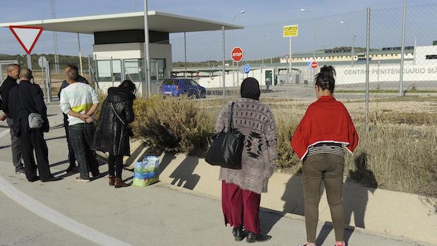 Familiares llegados de Francia esperando su turno de visita en la prisión de Archidona