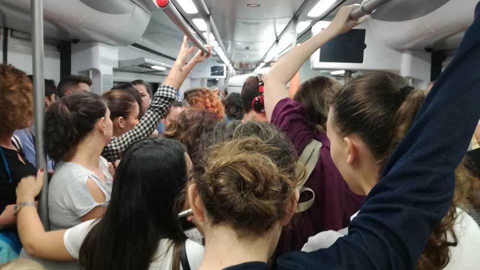 Los viajeros apenas tienen espacio en los trenes en horas punta