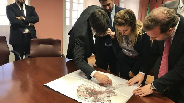 Los responsables de Novasol han presentado el proyecto a la alcaldesa de Alcalá