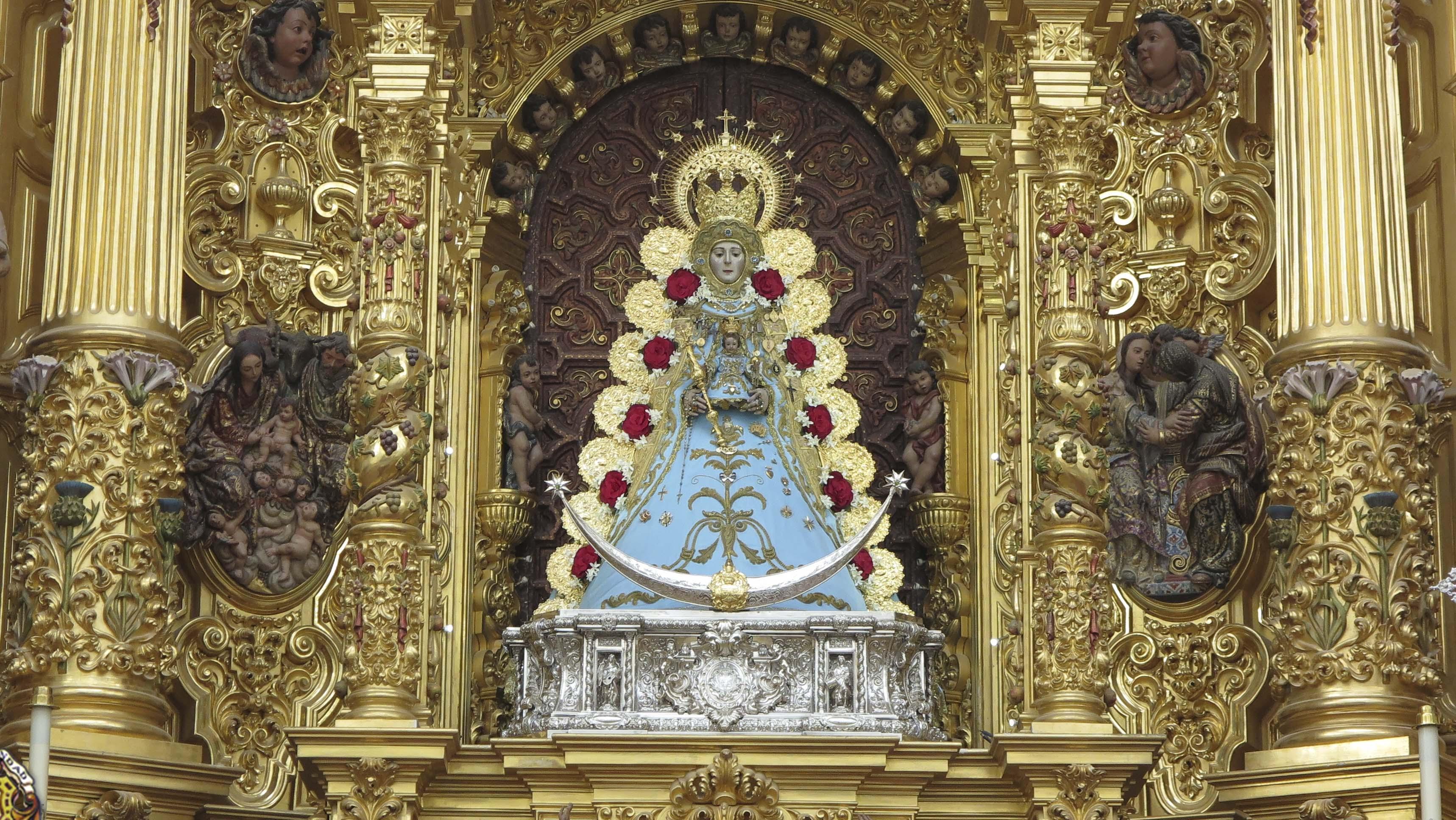 La Virgen del Rocío luce en su altar las galas propias para la celebración de la Inmaculada Concepción