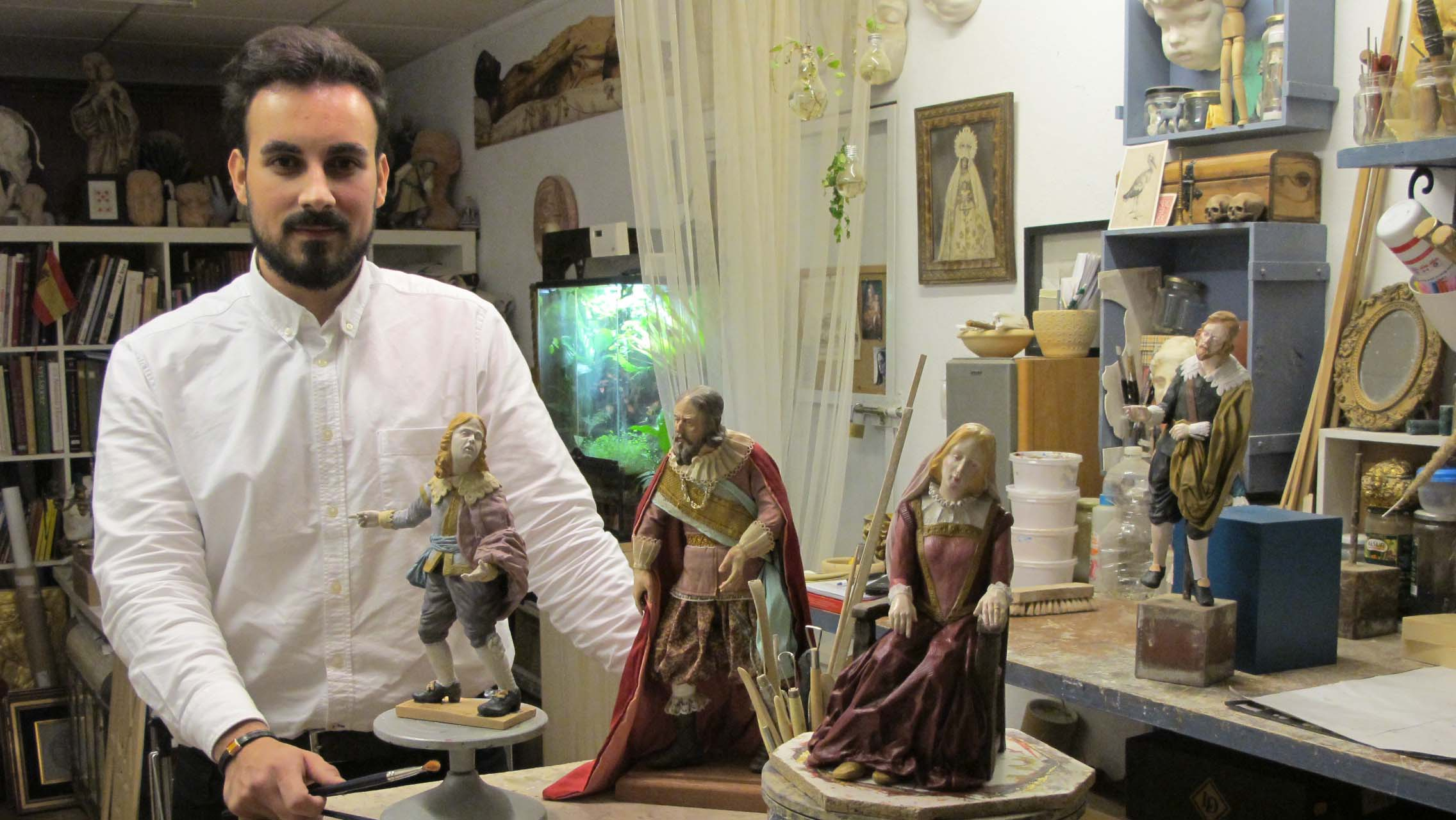 David Caro rodeado de figuras en su taller de la calle Alhambra de Lebrija