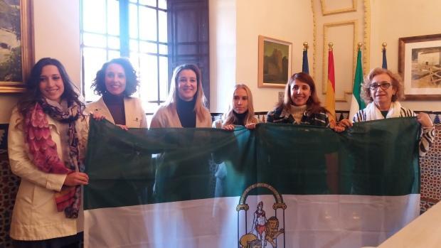 Las portavoces municipales han colgado la bandera de Andalucía en el balcón del Ayuntamiento/ABC