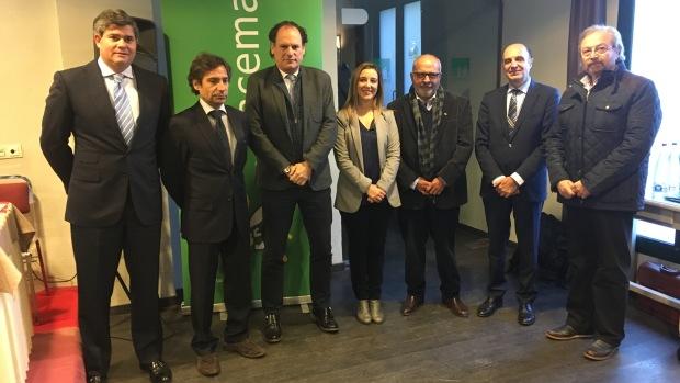 El viceconsejero de Medio Ambiente, la alcaldesa de Alcalá y miembros del sector cementero participaron en el encuentro en Alcalá