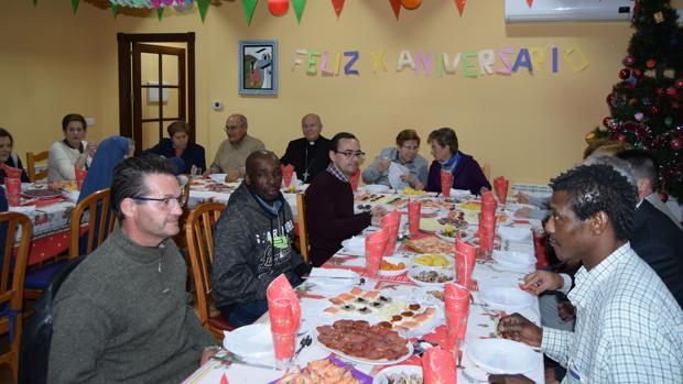 La cena del obispo con las personas sin techo ha tenido lugar en el hogar de Santa Clara