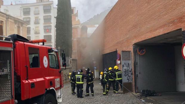 Una dotación de bomberos, a la entrada del aparcamiento del mercado, tras el incendio