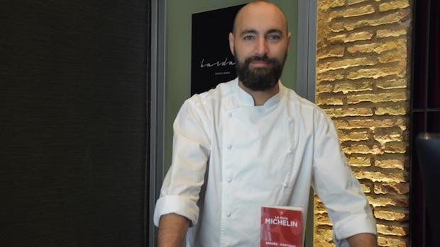 Benito Gómez en Bardal con la Guía Michelin