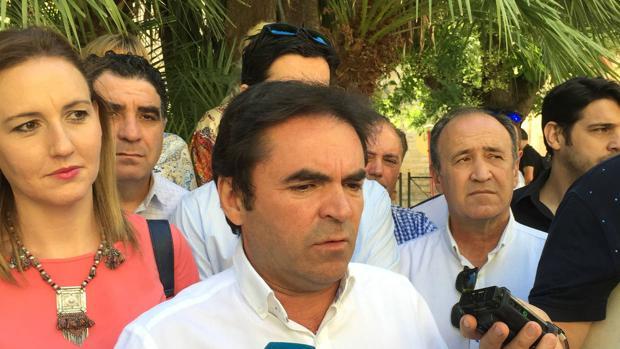 Miguel Moreno, junto a otros militantes críticos del PP, durante una rueda de prensa