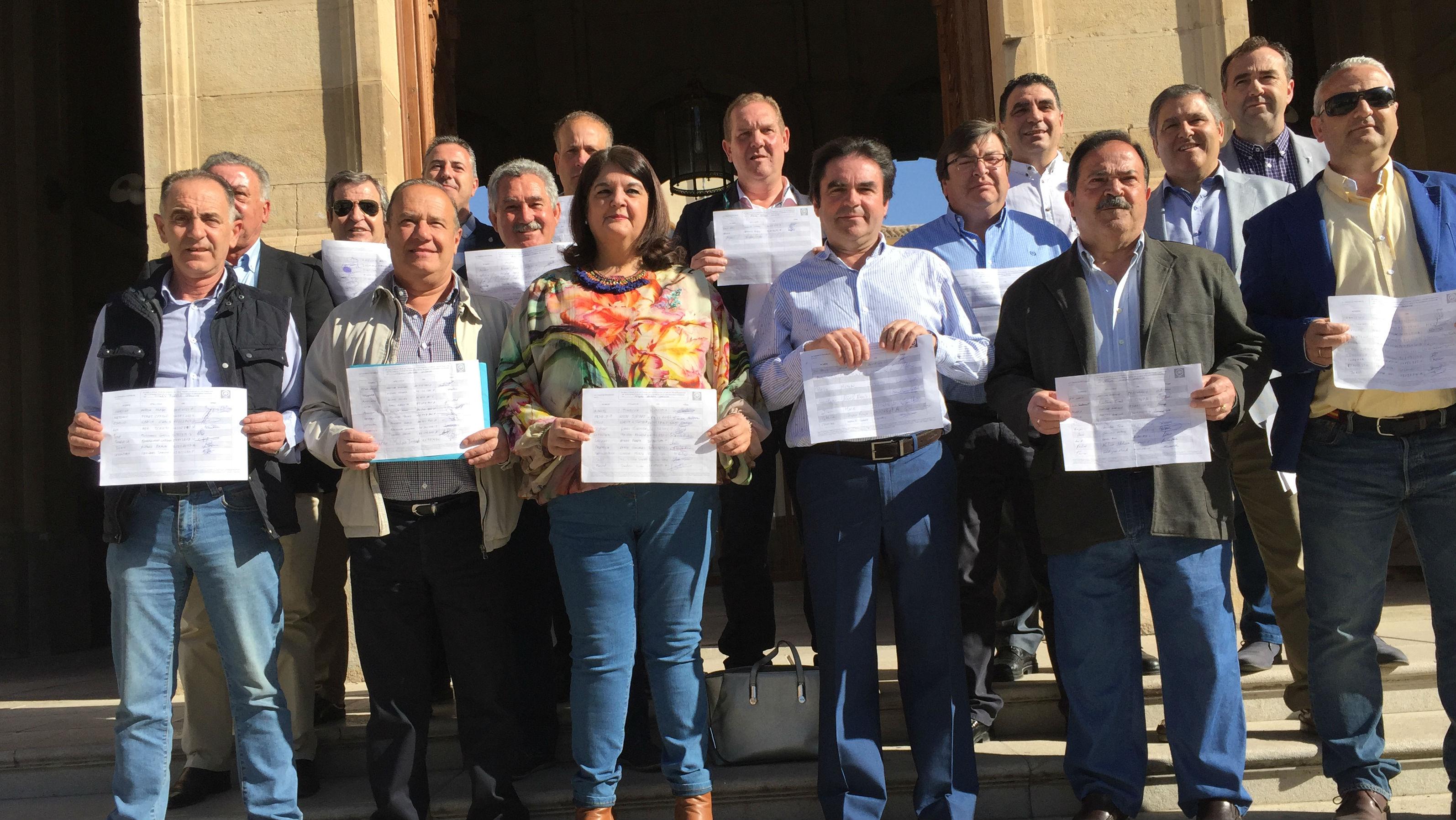 Alcaldes populares del sector crítico en un acto en apoyo de Miguel Moreno.