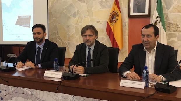 El consejero, José Fiscal (centro), durante su participación en las jornadas