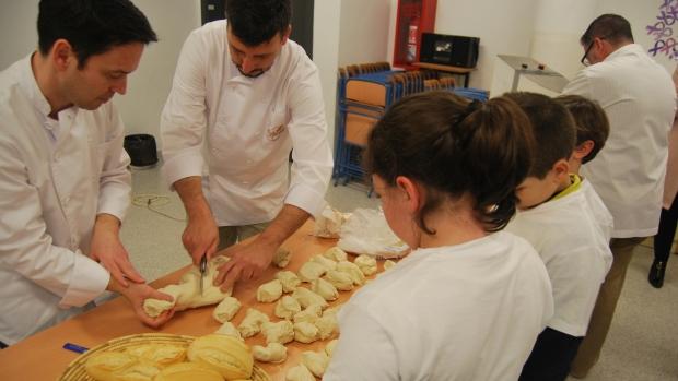Los panaderos realizan talleres para difundir las ventajas del pan tradicional