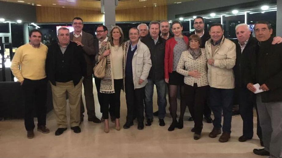 Miguel Moreno, primero a la izquierda, junto a militantes críticos del PP de Jaén