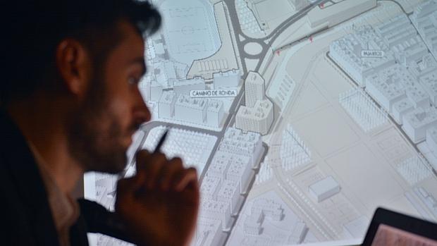 El arquitecto granadino Juan Pablo Canales, durante la presentación de su proyecto