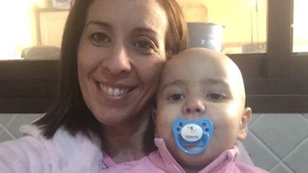 Valeria, en la imagen con su madre, espera conocer ahora la fecha del trasplante