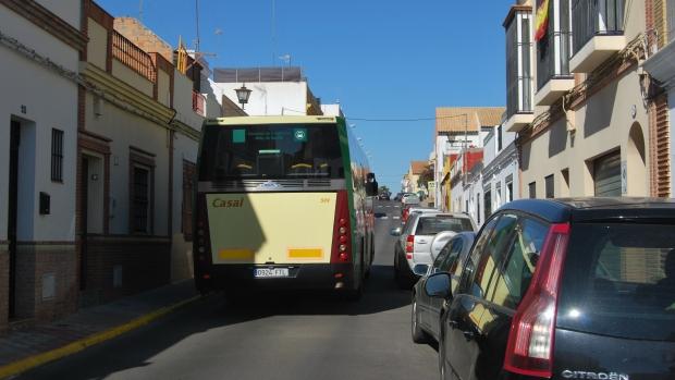 Los vecinos de la calle Alonso Gascón denuncian que sufren humo y ruidos excesivos por el paso de autobuses