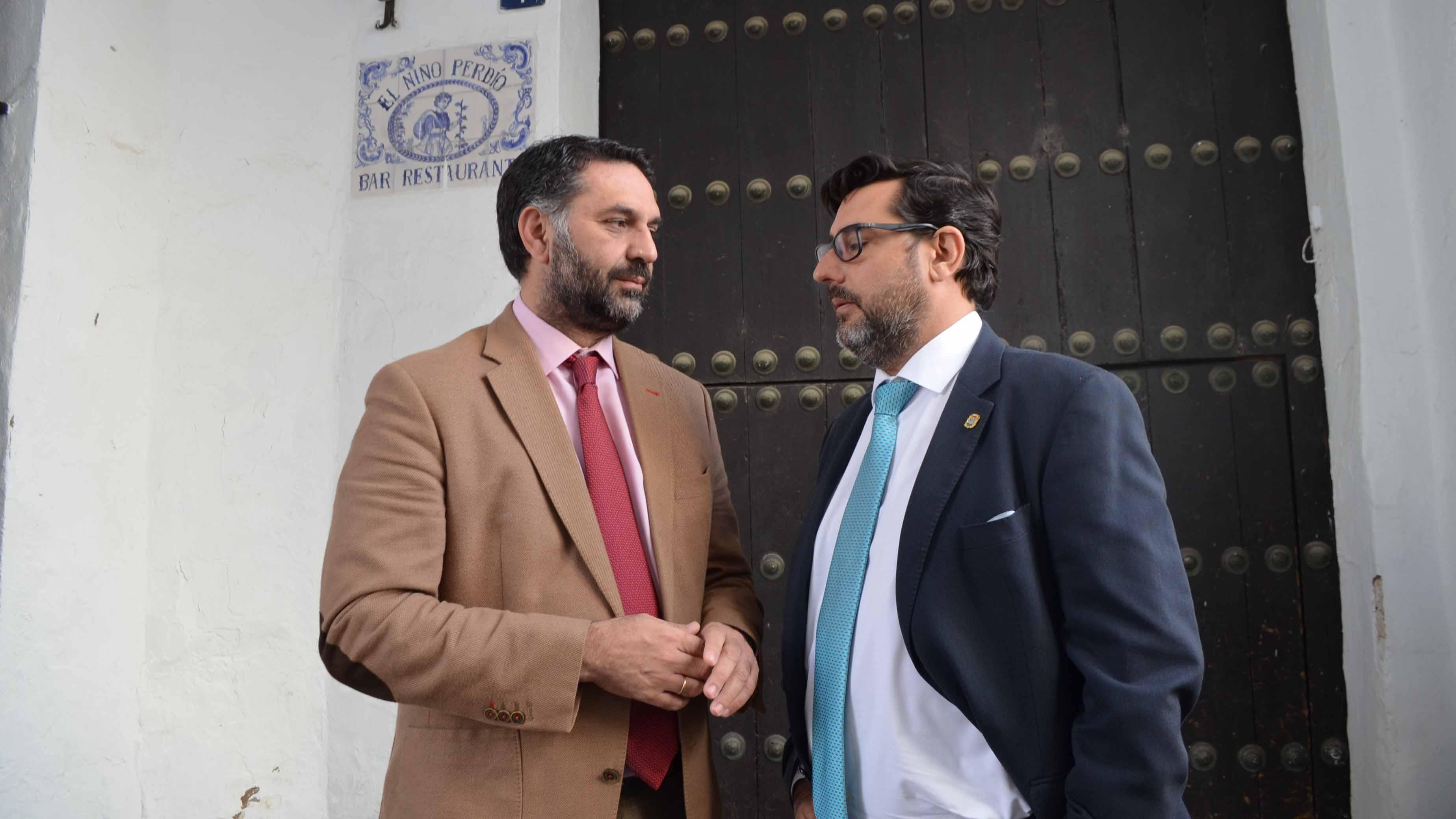 El consejero de Turismo junto al alcalde de Utrera en la antigua judería utrerana