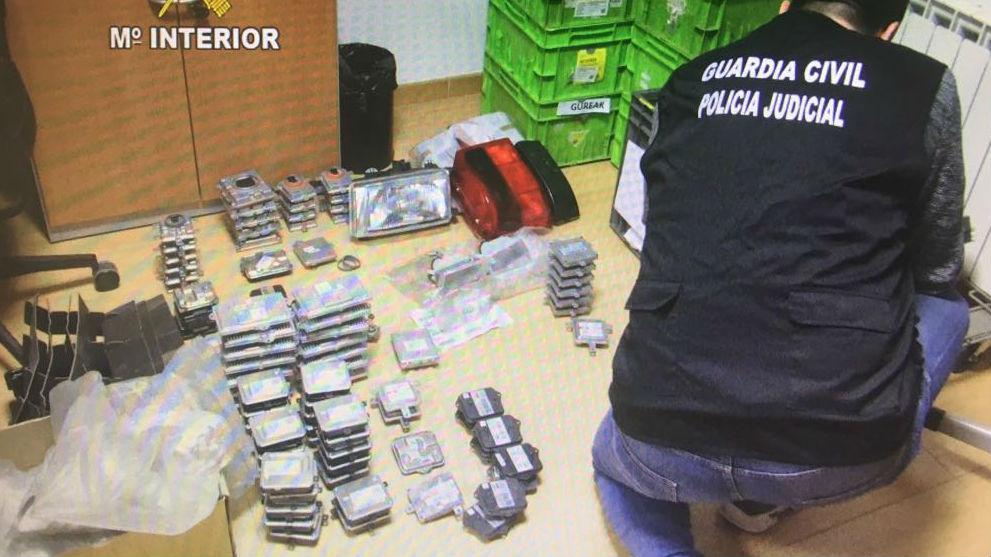 Un agente de la Guardia Civil examina el material aprehendido durante la operación