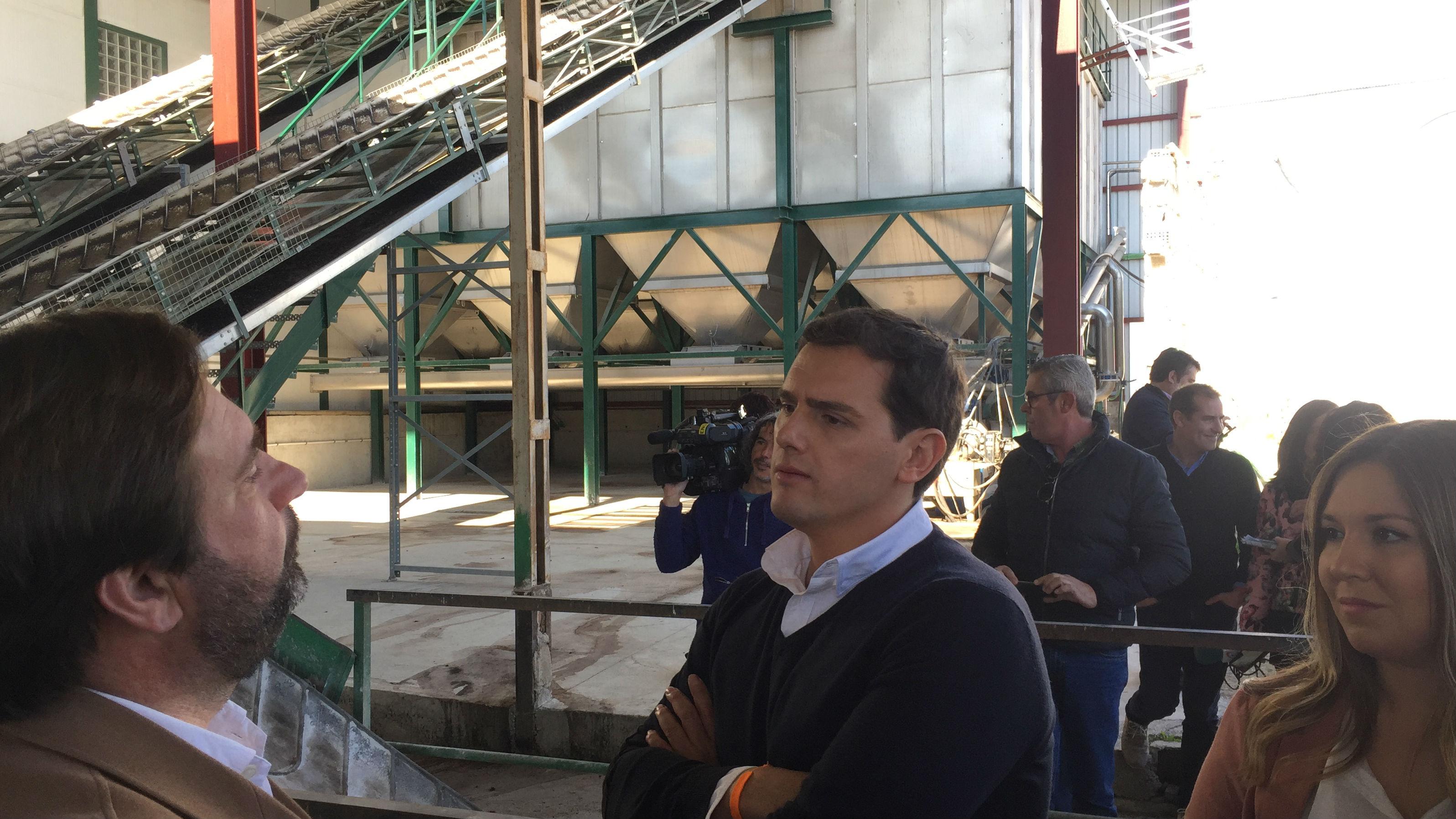 Albert Rivera atiende a las explicaciones sobre el funcionamiento de la almazara