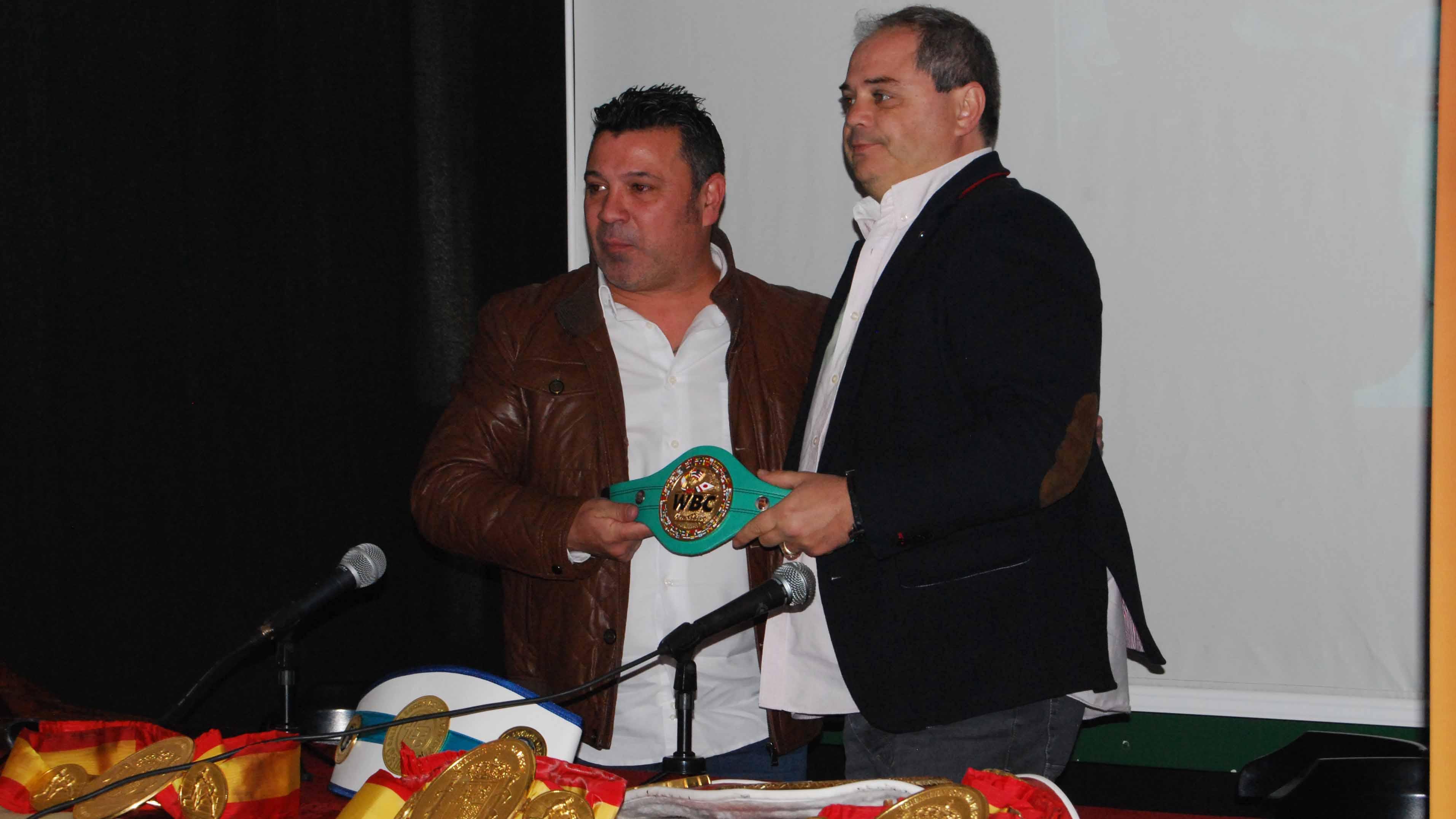 Javier Campanario, a la izquierda, recibiendo el homenaje