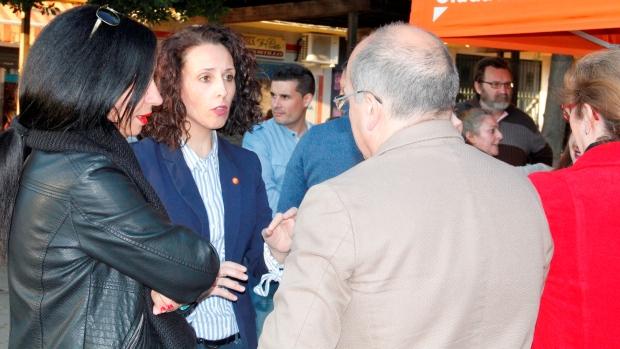 La portavoz de Ciudadanos, Rosa Carro ha recabado las quejas de los vecinos de la zona