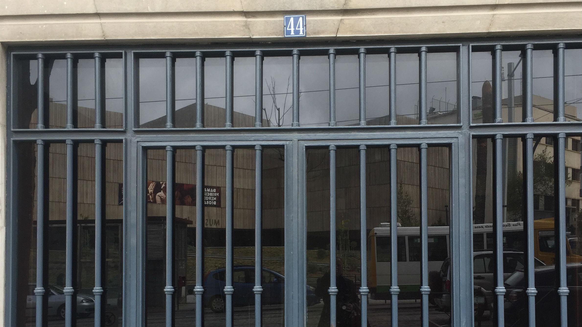 Puerta de acceso al edificio en el que presuntamente se produjo la agresión sexual
