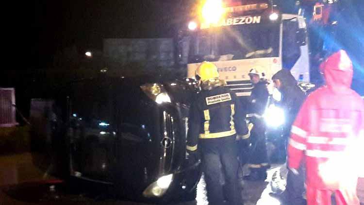 Como consecuencia del accidente, uno de los vehículos terminó volcando