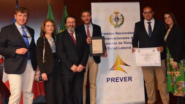 Representantes de la empresa con el alcalde de Carmona en el acto de entrega de distinciones
