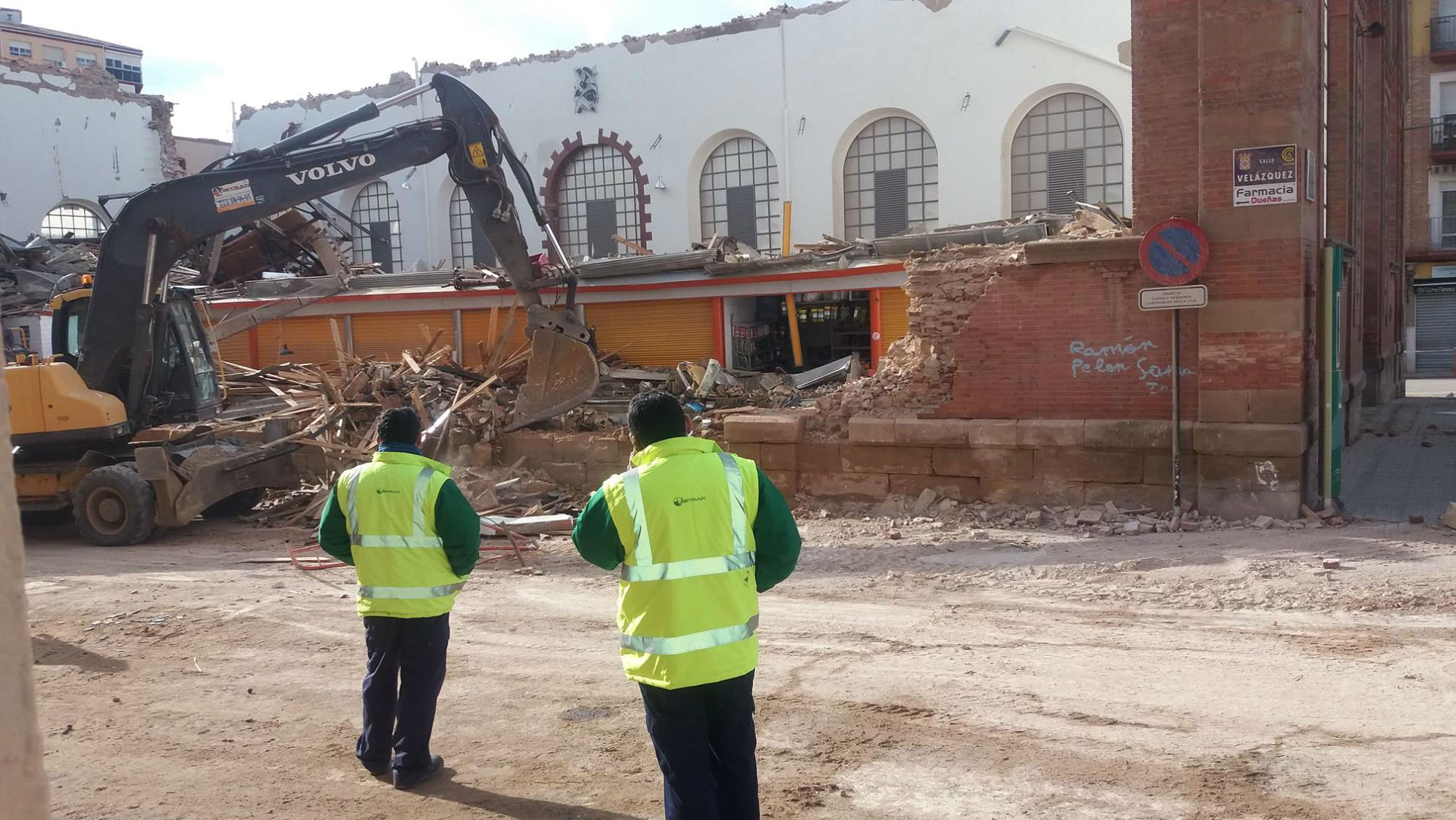Una grúa lleva a cabo tareas de desescombro tras el derrumbe del mercado de abastos de Linares