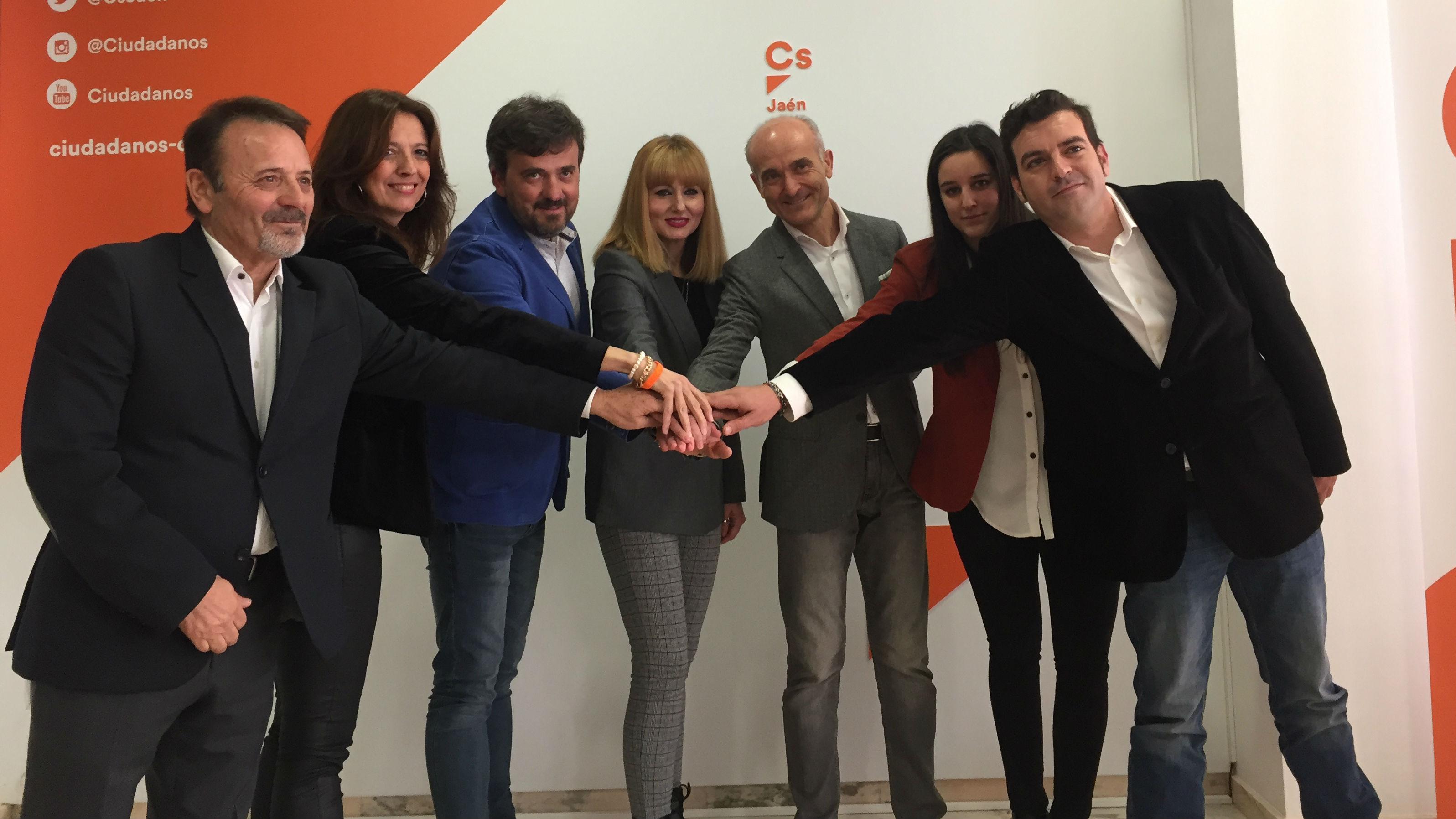 María Cantos, en el centro, junto a miembros de la junta directiva de Jaén