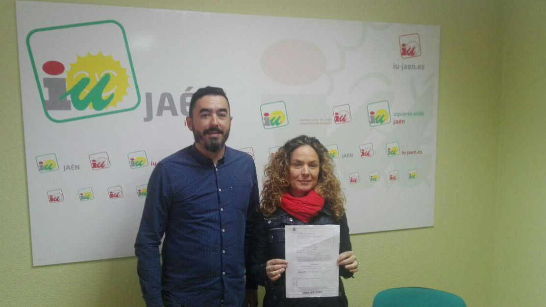 Lourdes Chica muestra el auto judicial en presencia de Francisco Javier Damas