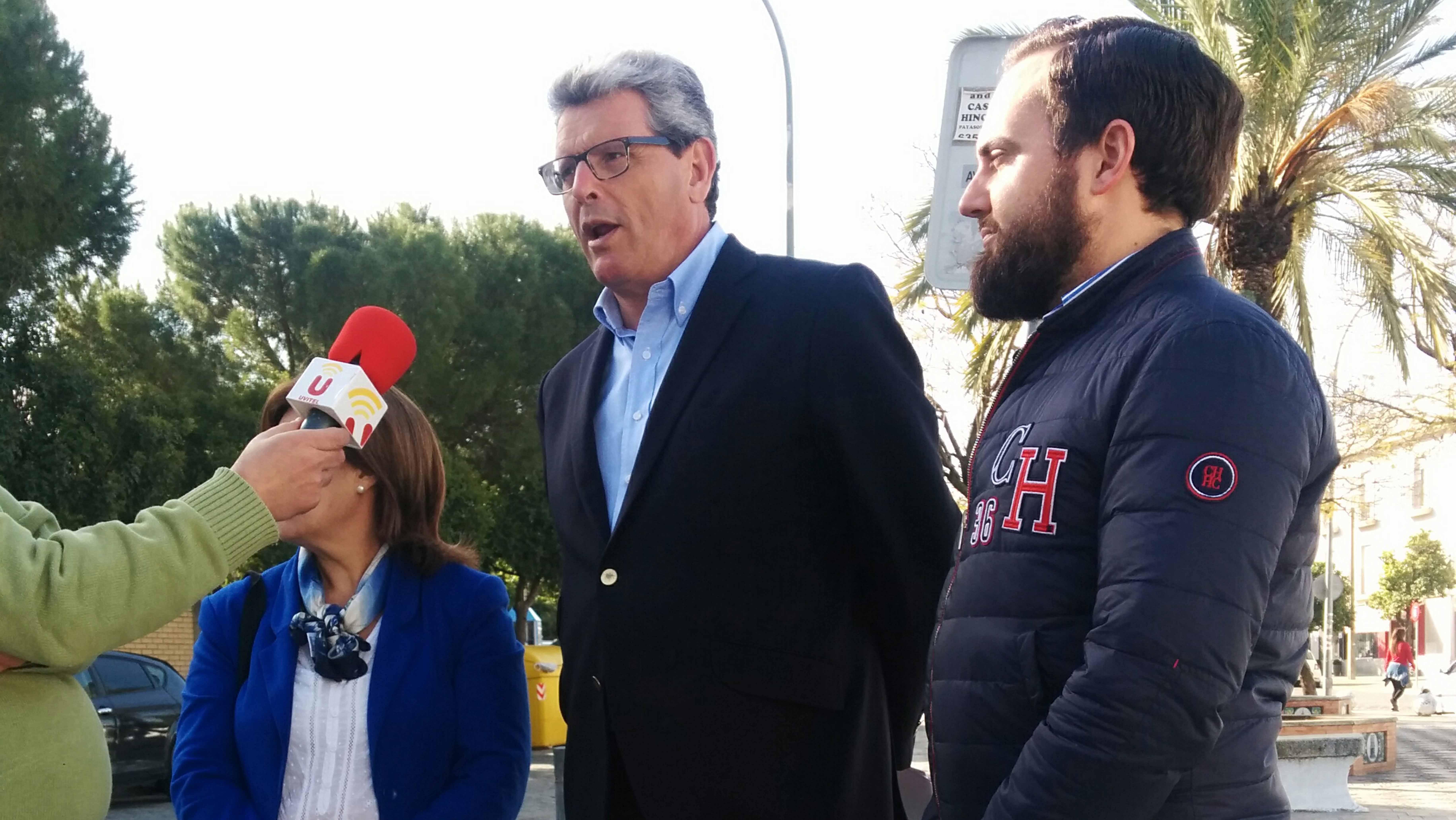Ricardo Tarno junto a los integrantes del PP en Utrera