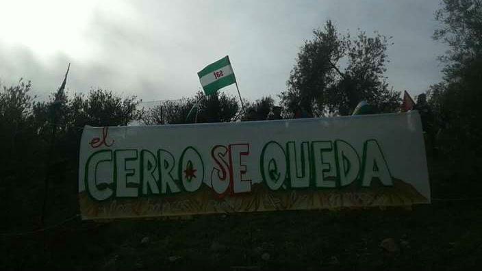 Pancarta instalada por los jornaleros en la finca de Jaén ocupada
