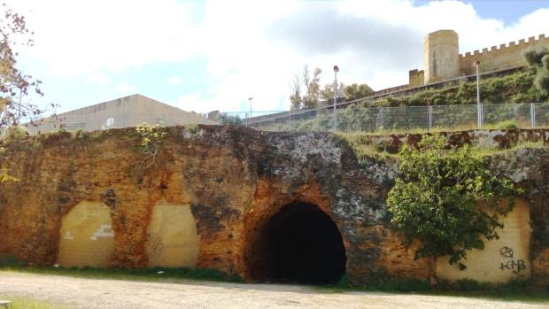 El túnel del tren cruza el cerro sobre el que se asienta el Castillo