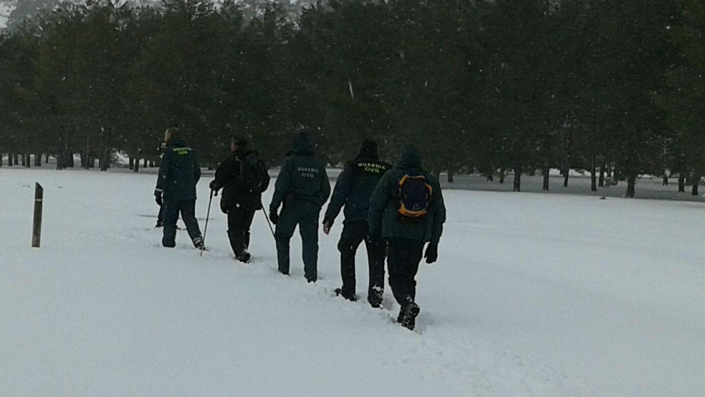 Agentes de la Guardia Civil rastrean un sendero del parque natural de Cazorla, Segura y Las Villas
