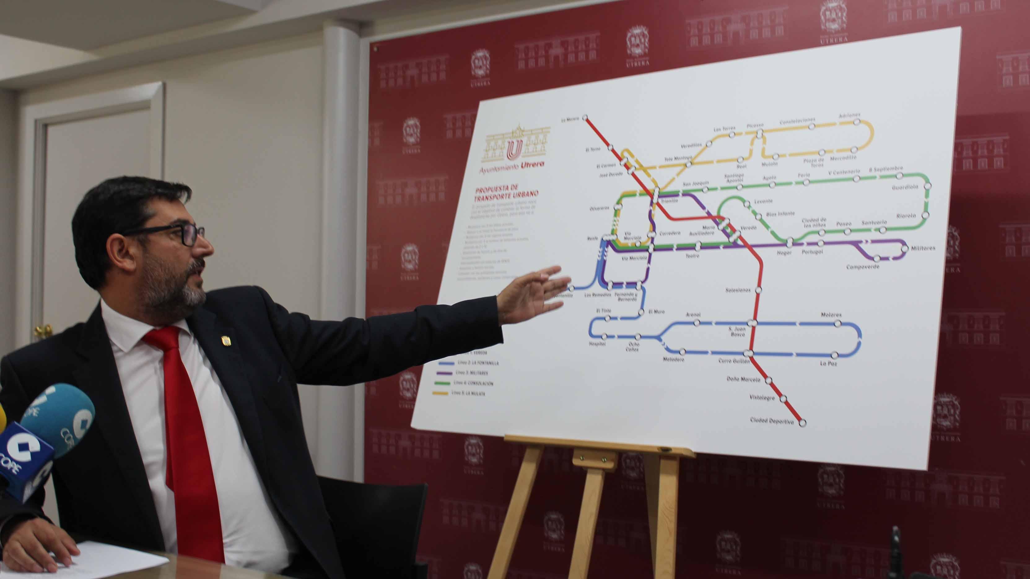 José María Villalobos, alcalde de Utrera, muestra el plano del nuevo autobús urbano