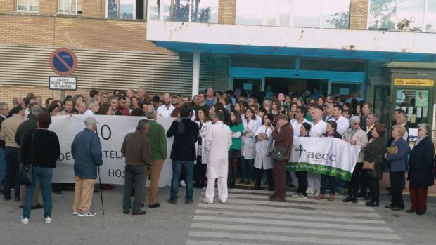 Un momento de la concentración de hoy a las puertas del Hospital de Riotinto