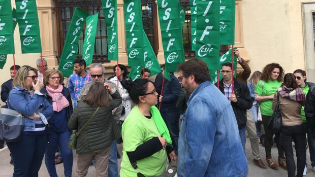 Concentración de trabajadores de Salud Responde ante la Delegación del Gobierno andaluz en Jaén.