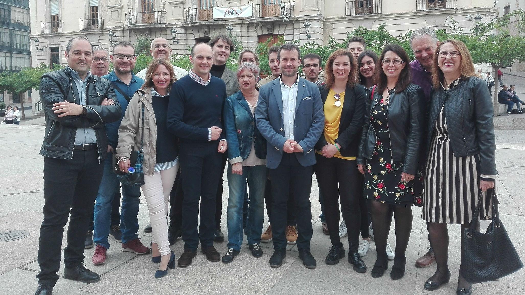 El secretario general del PSOE de Jaén capital, Julio Millán, junto a su equipo de campaña