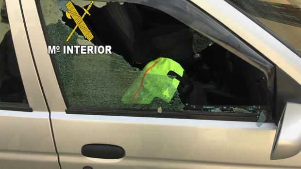 Ventanilla rota en uno de los coches en los que ha robado el grupo detenido