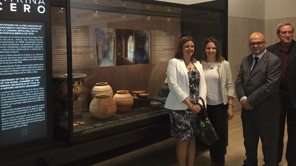 Dirigentes políticos, junto a vitrina donde se exponen piezas de la necrópolis ibera de Toya.