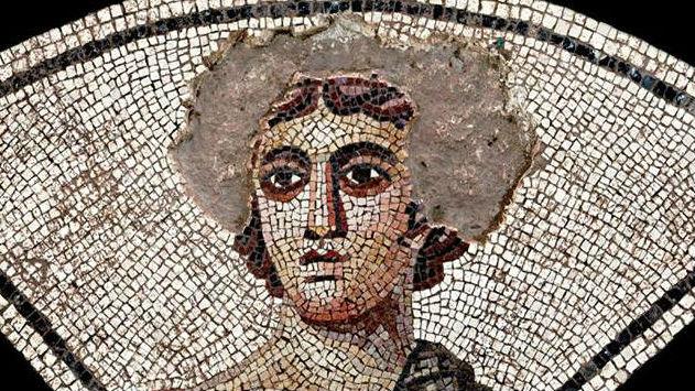 Figura del mosaico de los amores a la que los niños romanos arrancaron teselas