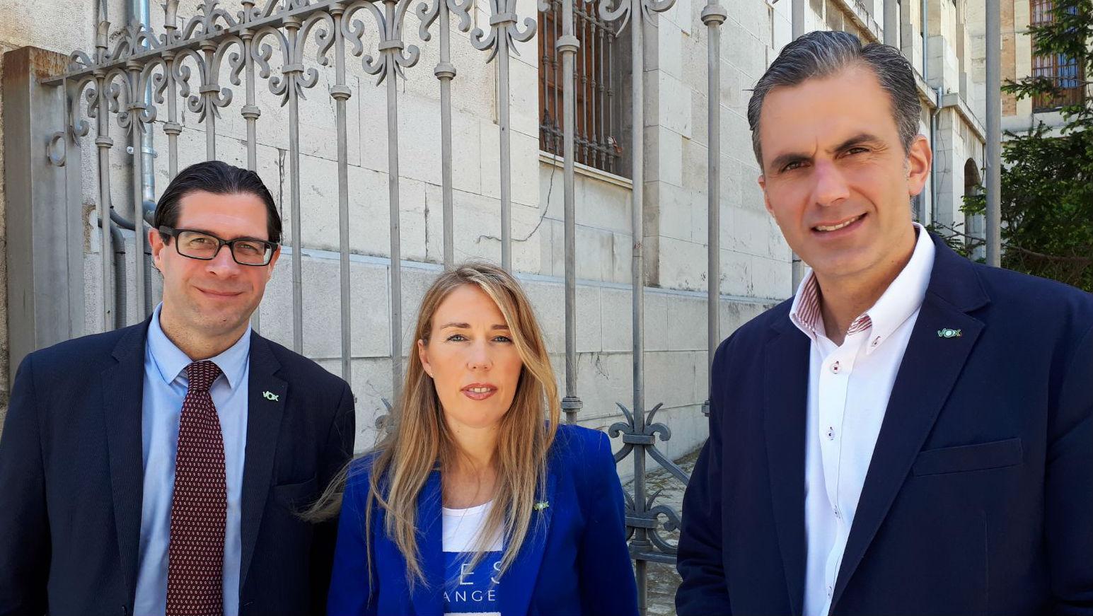 La concejala Salud Anguita, flanqueada por dirigentes de Vox, a la salida del juzgado