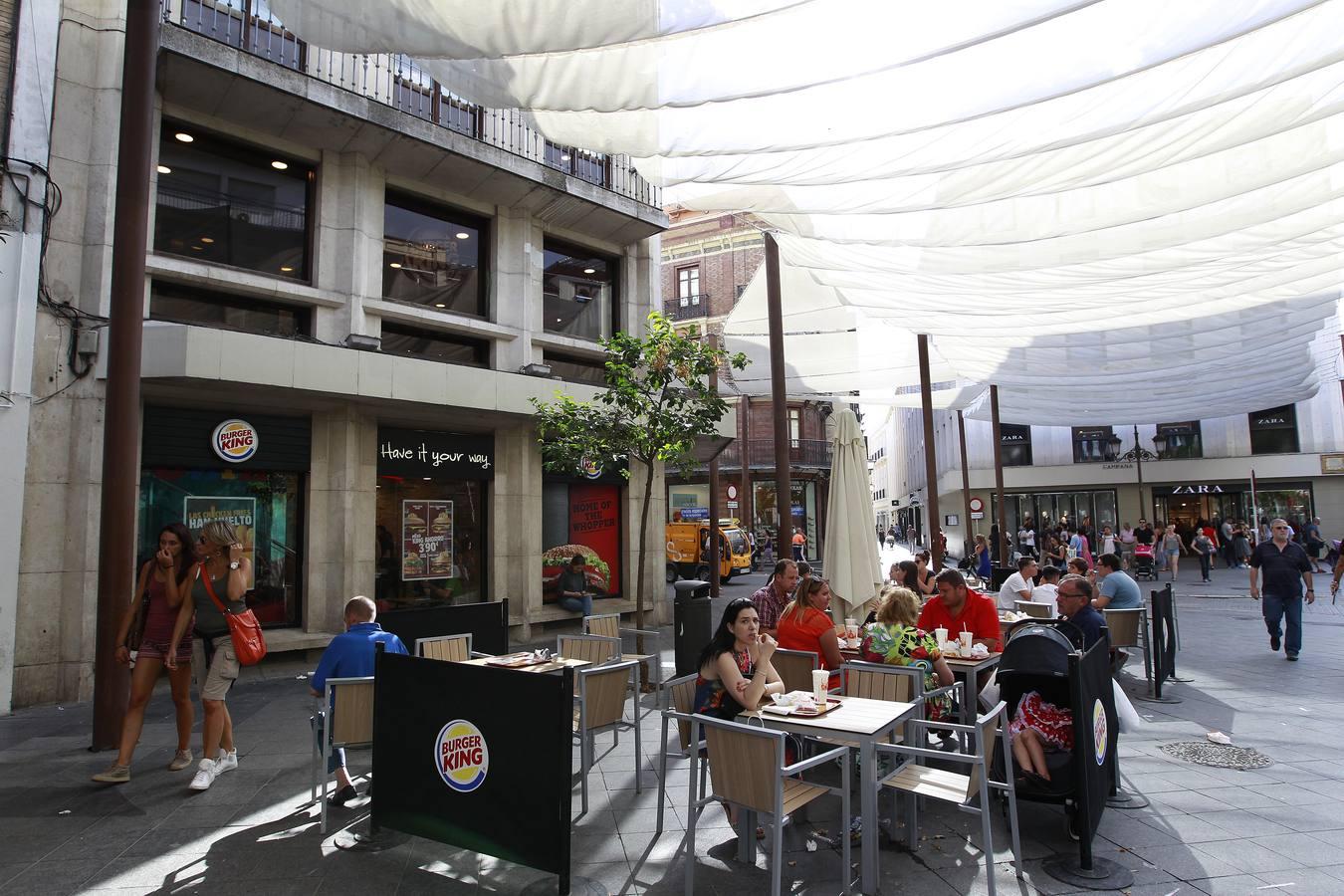 Las calles de sevilla saturadas por los veladores for Cartelera avenida sevilla